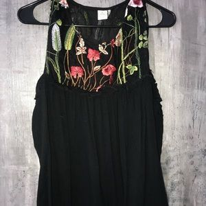 New shoulder cut out embroidered top sz lg